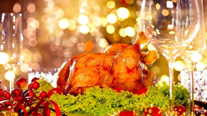 Οικογενειακό γεύμα διακοπών Χριστουγέννων Διακοσμημένος πίνακας με την ψημένη Τουρκία στοκ εικόνες με δικαίωμα ελεύθερης χρήσης