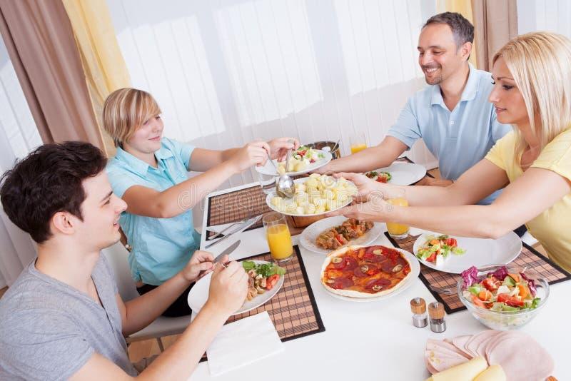 Οικογενειακό γεύμα που εξυπηρετείται στοκ εικόνες