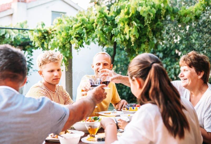 Οικογενειακό γεύμα στο θερινό κήπο στοκ εικόνες