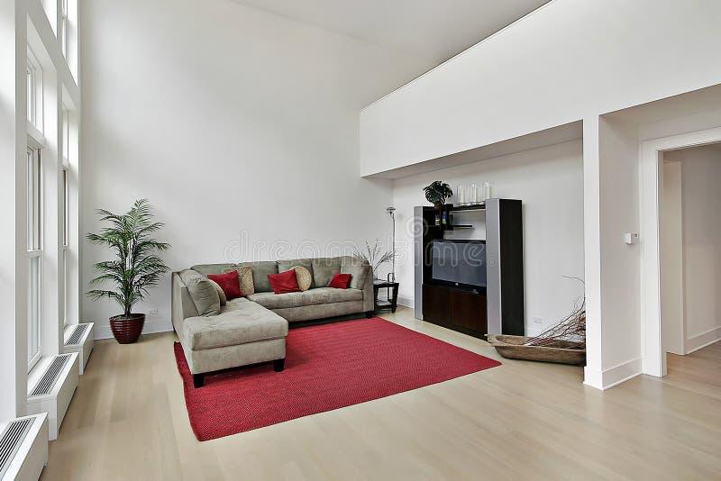 Οικογενειακό δωμάτιο πολυτέλειας με δύο Windows ιστορίας στοκ φωτογραφία με δικαίωμα ελεύθερης χρήσης