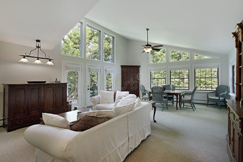 Οικογενειακό δωμάτιο στο σπίτι πολυτέλειας στοκ φωτογραφία με δικαίωμα ελεύθερης χρήσης