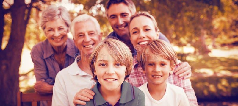 οικογενειακό ευτυχές πάρκο στοκ εικόνες