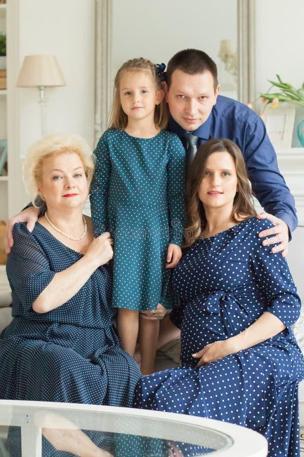 οικογενειακό ευτυχές πορτρέτο Γιαγιά και μητέρα στοκ εικόνες