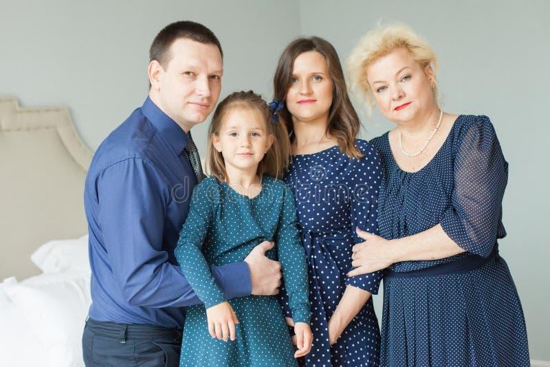 οικογενειακό ευτυχές πορτρέτο Μητέρα, κόρη, πατέρας και γιαγιά στοκ φωτογραφία με δικαίωμα ελεύθερης χρήσης