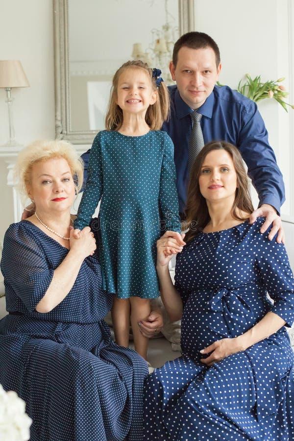 οικογενειακό ευτυχές πορτρέτο Χαμογελώντας μητέρα, κόρη στοκ φωτογραφία