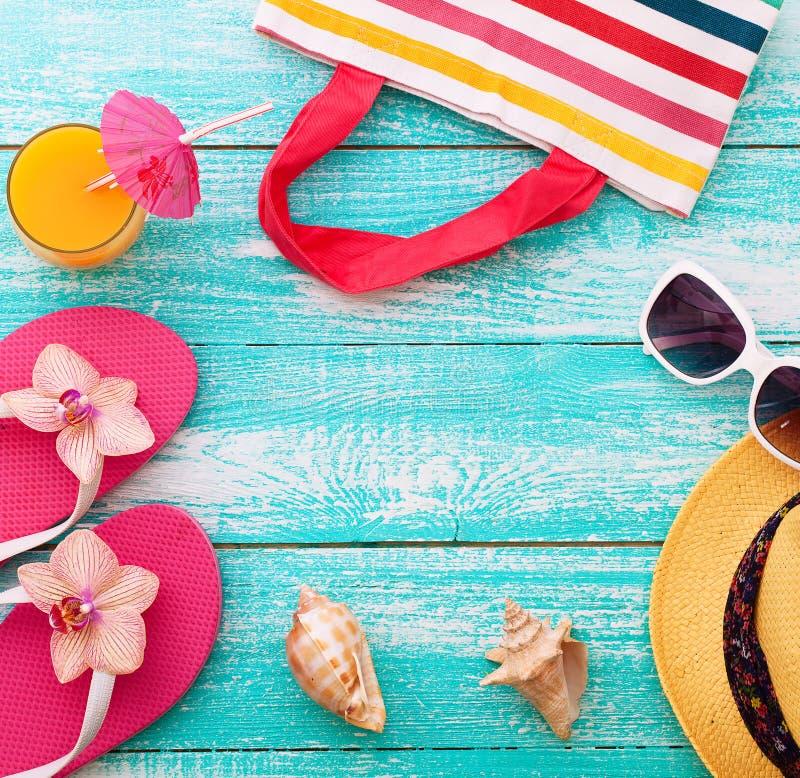 οικογενειακό καλές διακοπές καλοκαίρι σας Beachwear στο ξύλινο υπόβαθρο στοκ φωτογραφία με δικαίωμα ελεύθερης χρήσης