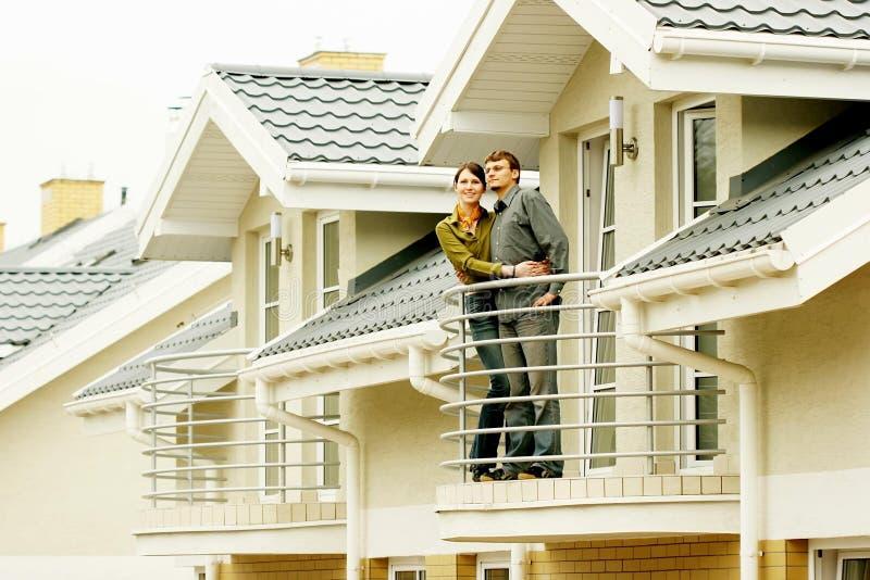οικογενειακό μπροστινό σπίτι ζευγών ένα στοκ φωτογραφία