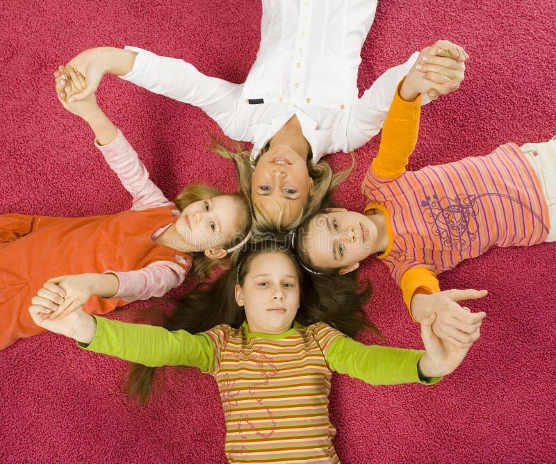 Download οικογενειακό πάτωμα στοκ εικόνες. εικόνα από κεφάλια, νέος - 2230044