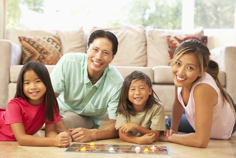 Οικογενειακό παίζοντας επιτραπέζιο παιχνίδι στο σπίτι στοκ φωτογραφίες με δικαίωμα ελεύθερης χρήσης
