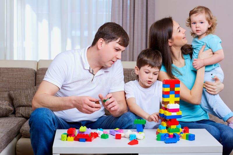 Οικογενειακό παίζοντας επιτραπέζιο παιχνίδι στο σπίτι στοκ εικόνα