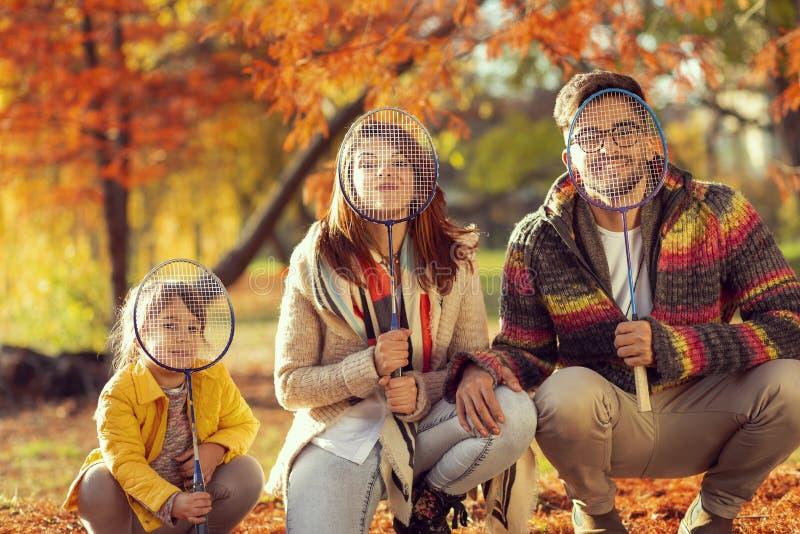 Οικογενειακό παίζοντας μπάντμιντον στοκ εικόνα με δικαίωμα ελεύθερης χρήσης