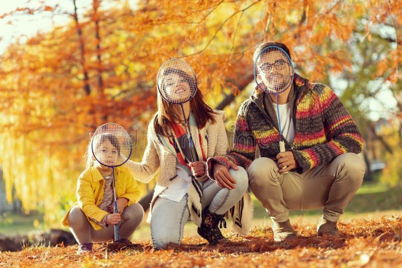 Οικογενειακό παίζοντας μπάντμιντον στοκ φωτογραφία με δικαίωμα ελεύθερης χρήσης
