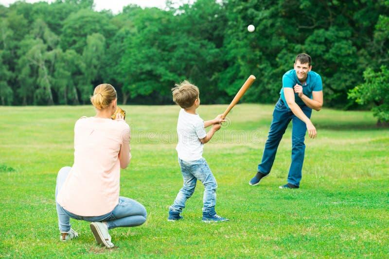 Οικογενειακό παιχνίδι μαζί στο πάρκο στοκ εικόνες
