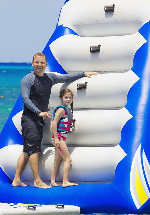 Οικογενειακό παιχνίδι σε ένα διογκώσιμο παιχνίδι στην παραλία στοκ φωτογραφία με δικαίωμα ελεύθερης χρήσης