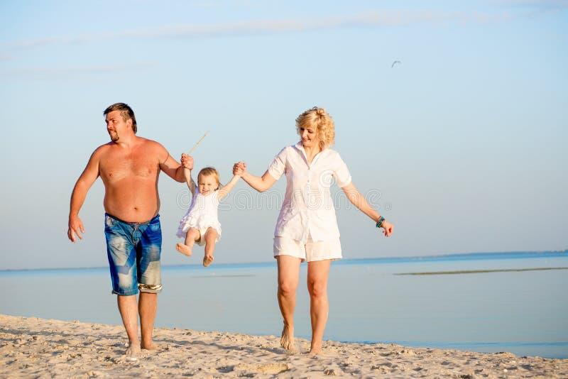 Οικογενειακό παιχνίδι στην παραλία στοκ φωτογραφία με δικαίωμα ελεύθερης χρήσης