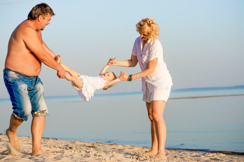Οικογενειακό παιχνίδι στην παραλία στοκ εικόνα με δικαίωμα ελεύθερης χρήσης