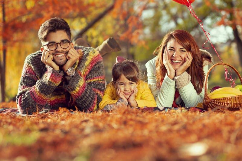 Οικογενειακό πικ-νίκ φθινοπώρου στοκ εικόνα με δικαίωμα ελεύθερης χρήσης