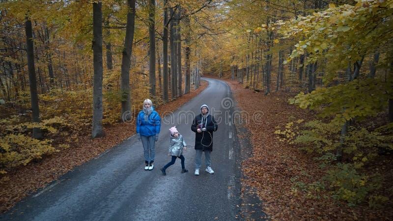 Οικογενειακό πορτρέτο στο δασικό πυροβολισμό φθινοπώρου από τον κηφήνα στοκ φωτογραφία με δικαίωμα ελεύθερης χρήσης