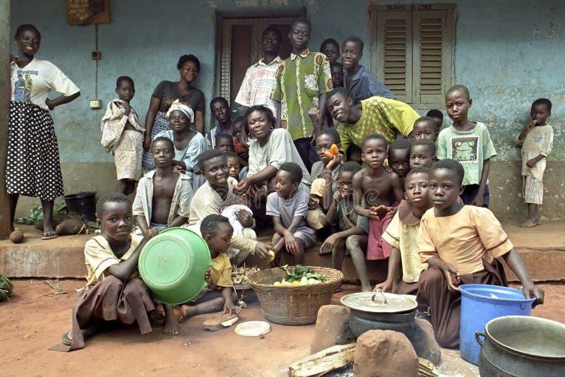 Οικογενειακό πορτρέτο της από τη Γκάνα πολυμελούς οικογένειας στοκ εικόνα
