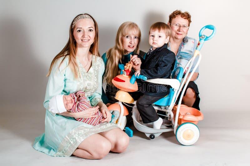 Οικογενειακό πορτρέτο τριών γενεών στοκ εικόνες