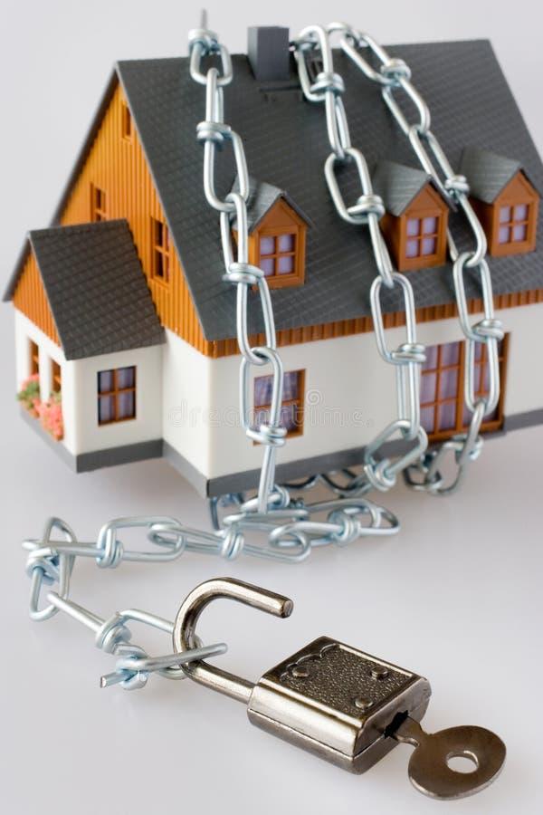Οικογενειακό σπίτι και μεταλλική αλυσίδα ως προστασία - βασική κλειδαριά secur στοκ φωτογραφίες