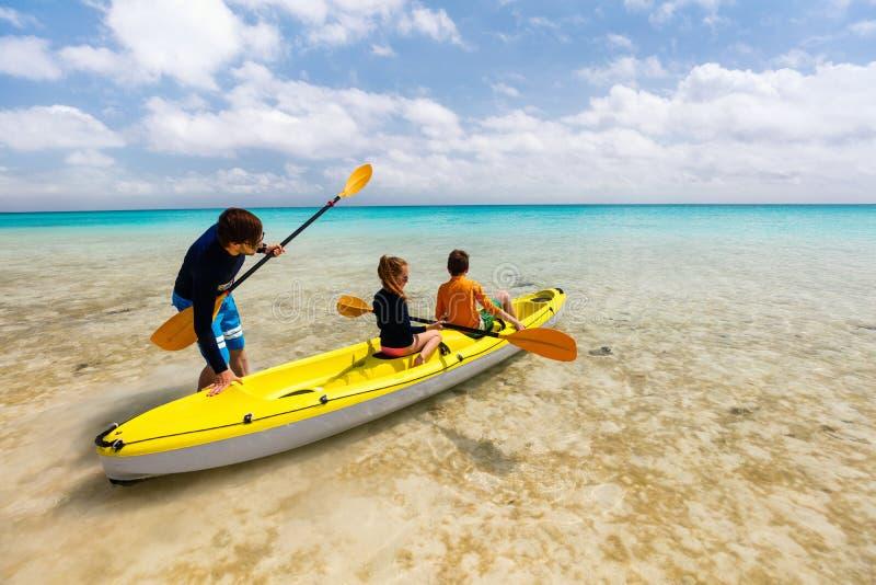 Οικογενειακό στον τροπικό ωκεανό στοκ φωτογραφία με δικαίωμα ελεύθερης χρήσης