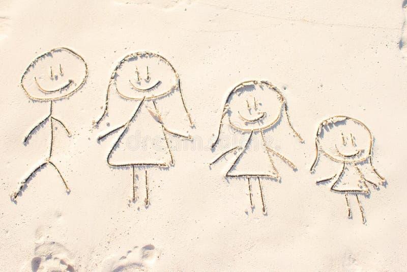 Οικογενειακό σύμβολο που επισύρεται την προσοχή στην άσπρη άμμο παραλιών στοκ εικόνα με δικαίωμα ελεύθερης χρήσης