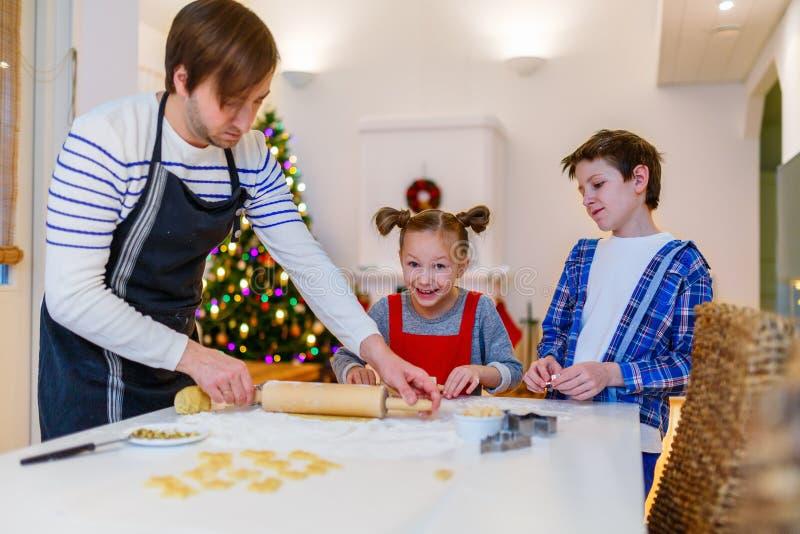 Οικογενειακό ψήσιμο στη Παραμονή Χριστουγέννων στοκ εικόνες με δικαίωμα ελεύθερης χρήσης