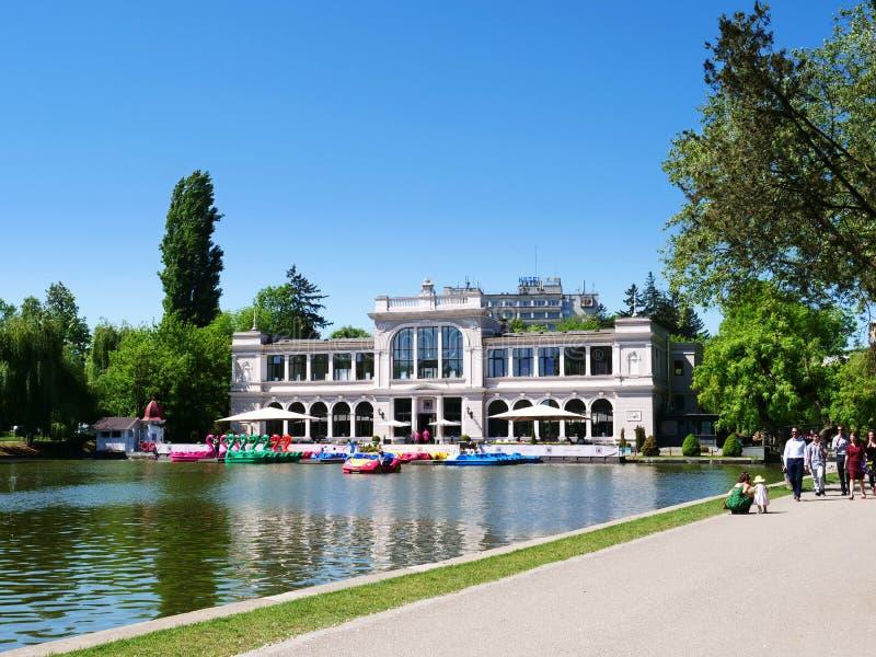 Οικοδόμηση εστιατορίων και χαρτοπαικτικών λεσχών της Χίου κοντά στην κεντρική λίμνη πάρκων στοκ εικόνες