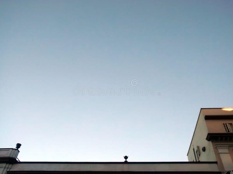 Οικοδόμηση και ο ουρανός στοκ εικόνα με δικαίωμα ελεύθερης χρήσης