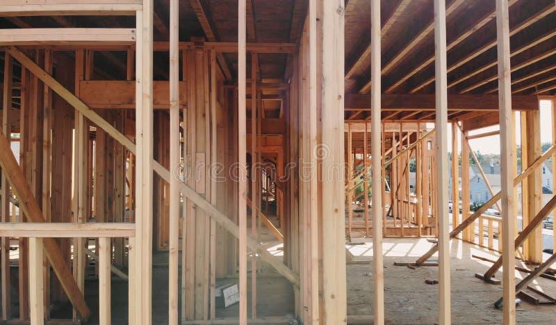Οικοδόμηση κτηρίου, ξύλινη πλαισιώνοντας δομή επί του νέου τόπου ανάπτυξης ιδιοκτησίας στοκ εικόνα