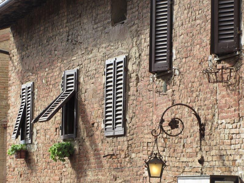 Οικοδόμηση προσόψεων εξωτερική στο χωριό Certaldo, επαρχία της Φλωρεντίας Ιταλία Τοσκάνη στοκ φωτογραφίες με δικαίωμα ελεύθερης χρήσης
