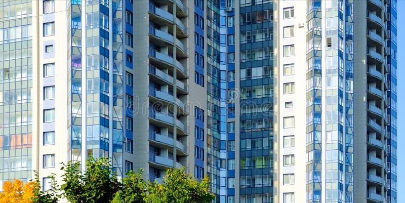 οικοδόμηση σύγχρονη Σύγχρονο κτίριο γραφείων με την πρόσοψη του γυαλιού στοκ φωτογραφία