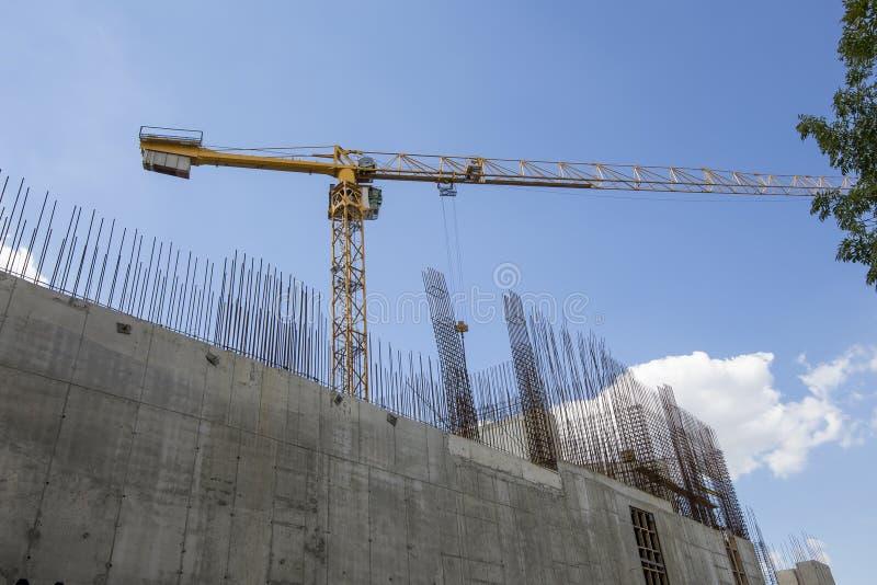 Οικοδόμηση του γερανού στο υπόβαθρο του κτηρίου κάτω από την οικοδόμηση στοκ φωτογραφία