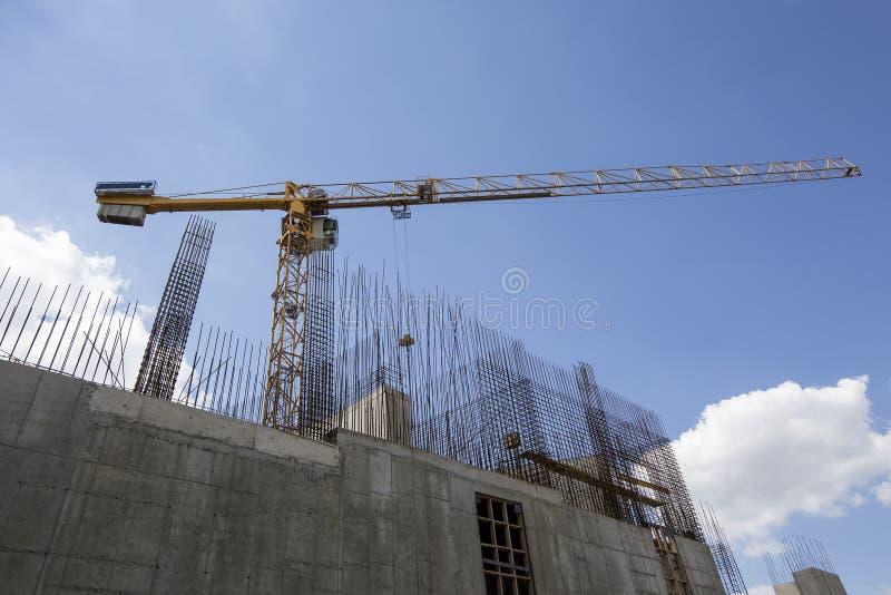 Οικοδόμηση του γερανού στο υπόβαθρο του κτηρίου κάτω από την οικοδόμηση στοκ φωτογραφίες με δικαίωμα ελεύθερης χρήσης