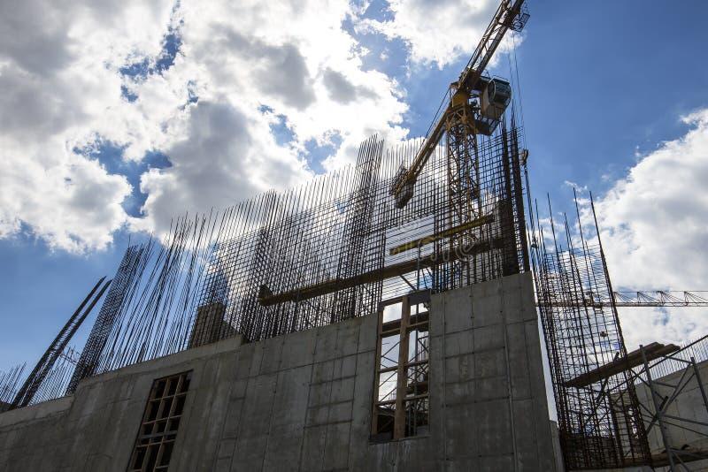 Οικοδόμηση του γερανού στο υπόβαθρο του κτηρίου κάτω από την οικοδόμηση στοκ φωτογραφίες