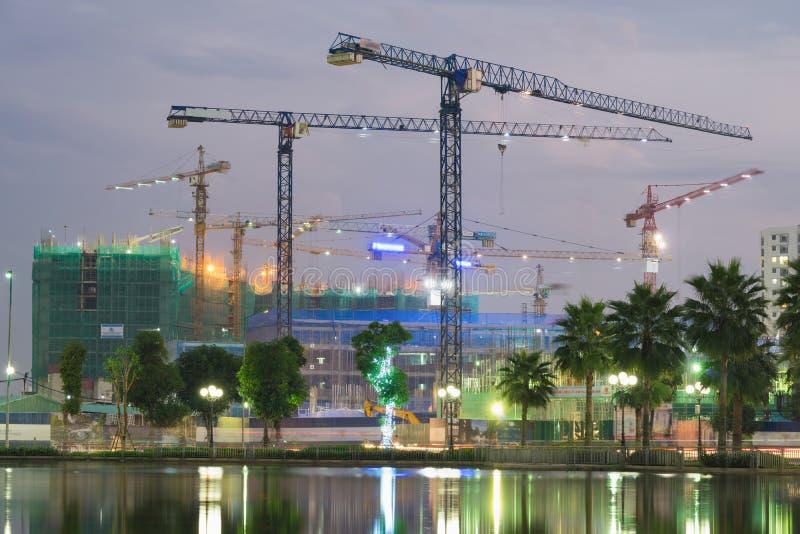 Οικοδόμηση του εργοτάξιου οικοδομής από μια λίμνη στο Ανόι, Βιετνάμ στοκ φωτογραφίες