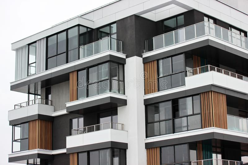 Οικοδόμηση των σύγχρονων κατοικημένων κτηρίων ο συνδυασμός διαφορετικών υλικών και συστάσεων στο σχέδιο κατάλληλο σχεδιάγραμμα στοκ φωτογραφία