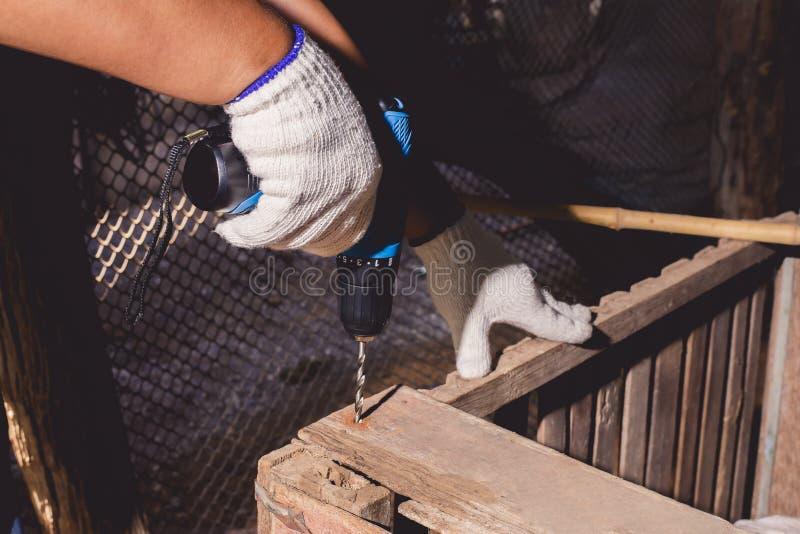 Οικοδόμοι με μπλε πουκάμισο με προστατευτικά γάντια και εργασία με τρυπάνι στοκ φωτογραφία με δικαίωμα ελεύθερης χρήσης