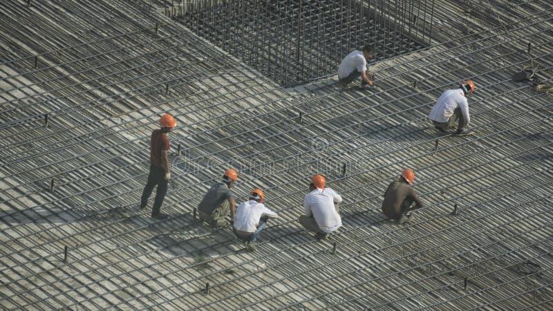 Οικοδόμοι στη οικοδομή με τις συναρμολογήσεις στοκ εικόνα με δικαίωμα ελεύθερης χρήσης