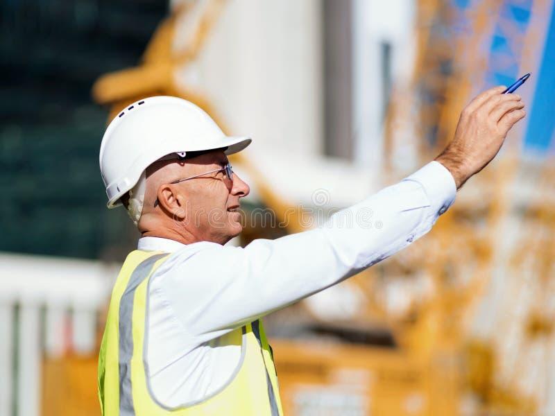 Οικοδόμος μηχανικών στο εργοτάξιο οικοδομής στοκ φωτογραφίες με δικαίωμα ελεύθερης χρήσης