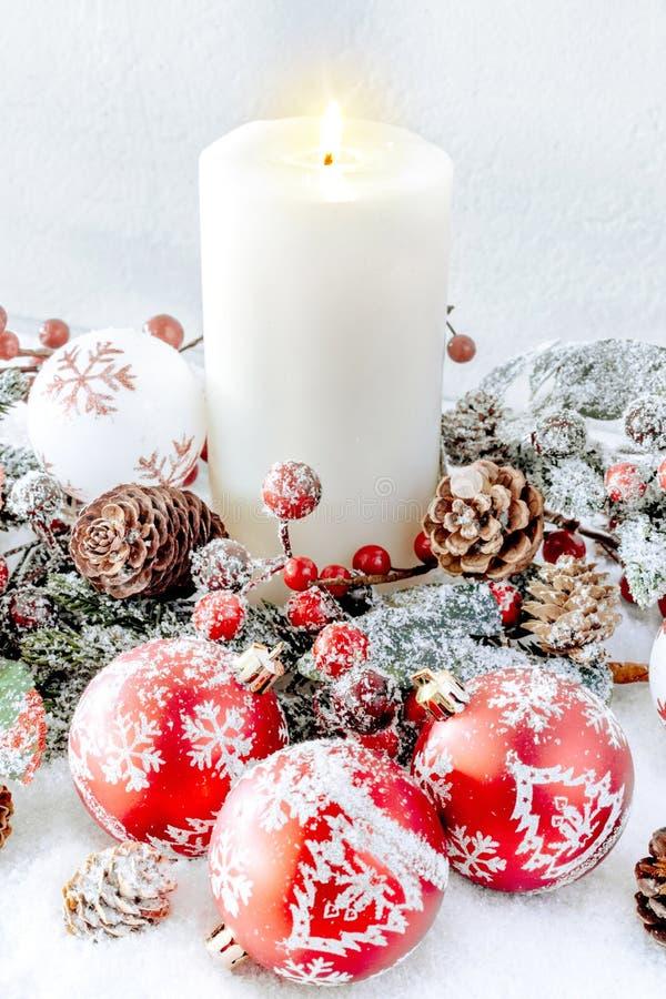 οικολογικός ξύλινος διακοσμήσεων Χριστουγέννων Άσπρο καίγοντας κερί με τα κόκκινα μπιχλιμπίδια στοκ φωτογραφία με δικαίωμα ελεύθερης χρήσης