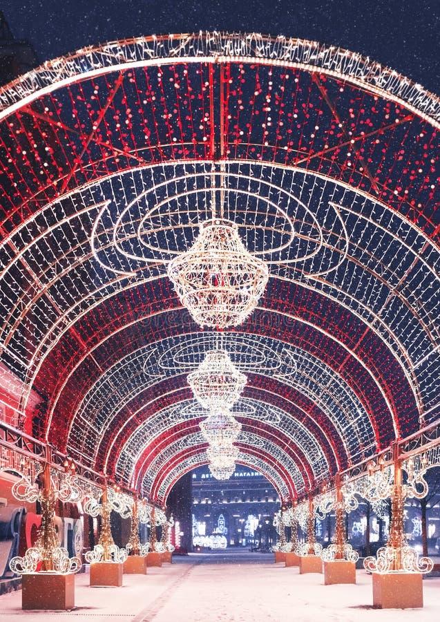 οικολογικός ξύλινος διακοσμήσεων Χριστουγέννων Ελαφριά αψίδα στην πλατεία Lubyanka Εποχές της Μόσχας Χειμώνας στοκ εικόνες