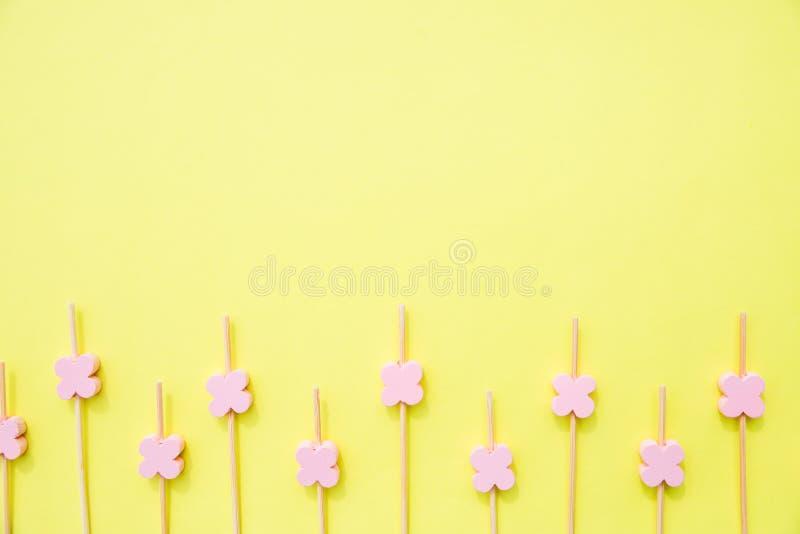 Οικολογικό οβελίδιο που απομονώνεται στο κίτρινο υπόβαθρο ξύλινα ραβδιά με τις χάντρες λουλουδιών για τη διακόσμηση τροφίμων Οβελ στοκ εικόνες με δικαίωμα ελεύθερης χρήσης
