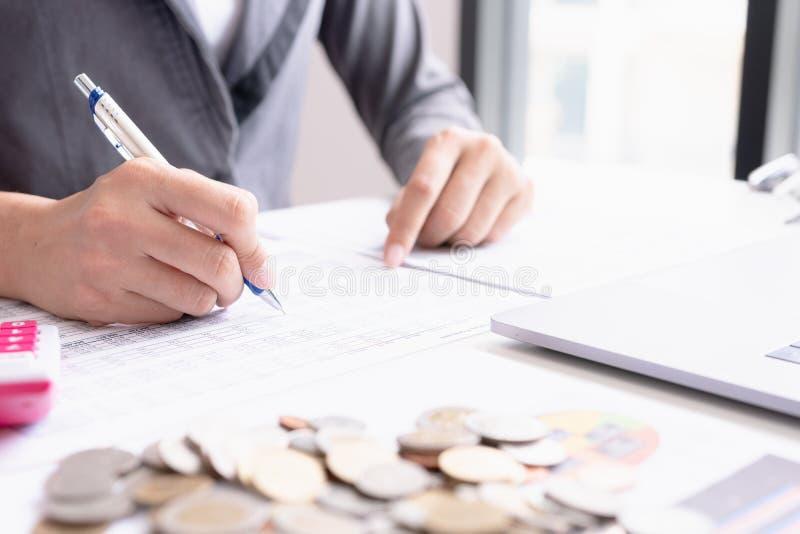 Οικονομική έκθεση μάρκετινγκ επιχειρηματιών στοκ εικόνες