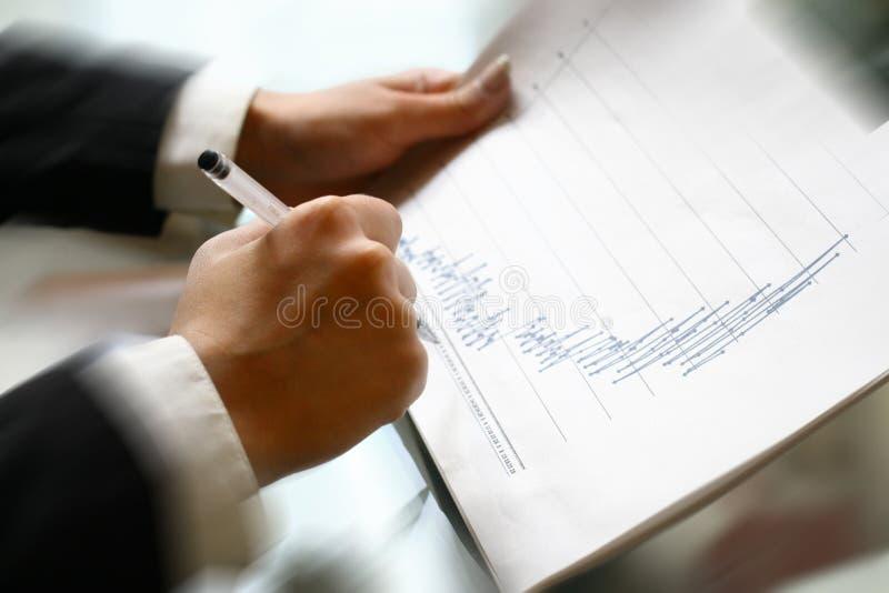 οικονομική διαβασμένη έκθεση στοκ φωτογραφία με δικαίωμα ελεύθερης χρήσης