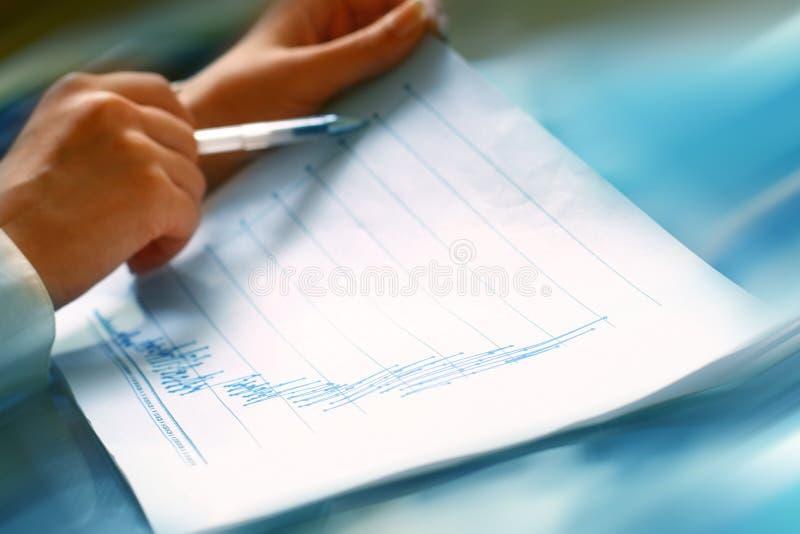 οικονομική διαβασμένη έκθεση στοκ φωτογραφίες