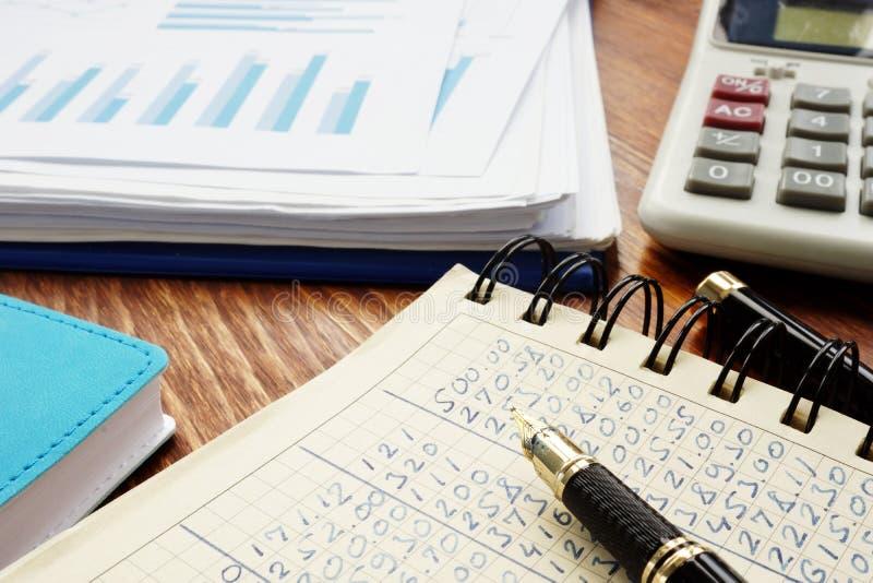 Οικονομικοί αριθμοί στις αναλυτικές γραφικές παραστάσεις λογιστικής βιβλίων και επιχειρήσεων στοκ φωτογραφίες με δικαίωμα ελεύθερης χρήσης