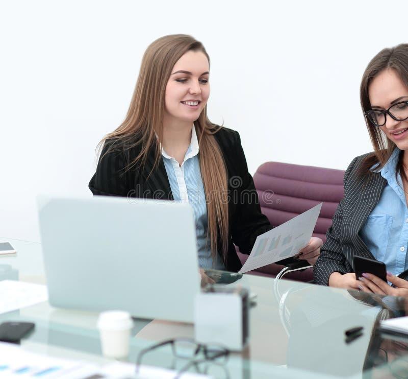 Οικονομικοί επιθεωρητής και γραμματέας επιχειρησιακών γυναικών που κάνουν την έκθεση στοκ εικόνες