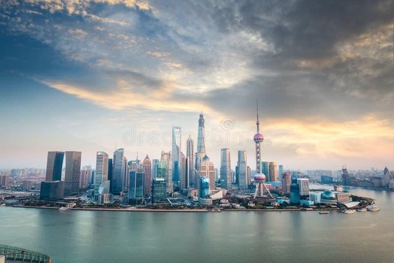 Οικονομικός ορίζοντας περιοχής της Σαγκάη στο σούρουπο στοκ εικόνα